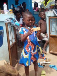 Les enfants de l'école maternelle d'Alloba à la découverte du métier de coiffure