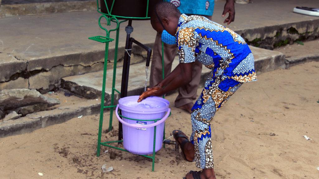 Démonstration de lavage de main par un bénéficiaire de RACINES.